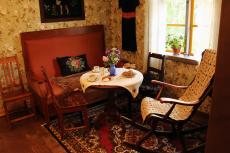 I lillstugans lilla kammare kan man njuta av en kopp kaffe.