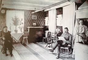 Mangårdsbygnadsns storstuga 1898. Johan Erik, Maria Serafia. Nandor och Natalia,