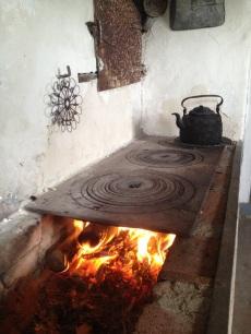 Köksspisen i lillstugan ger värme under kalla dagar